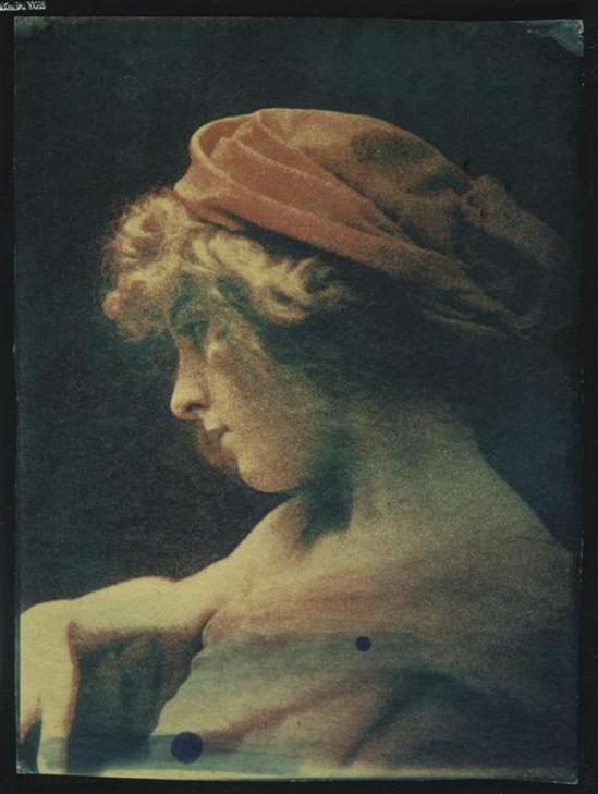 André Hachette.  Femme de profil à la coiffe rouge vers 1900. Via RMN