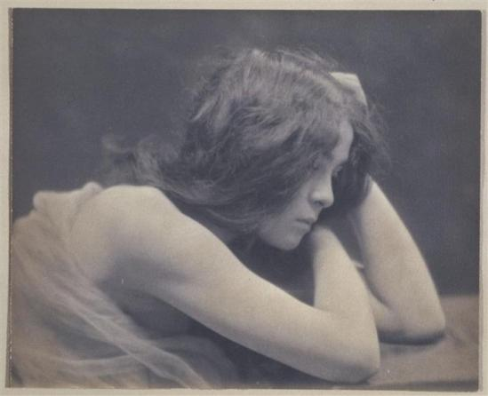 André Hachette. Jeune femme brune de profil, tête dans les mains vers 1900. Via RMN