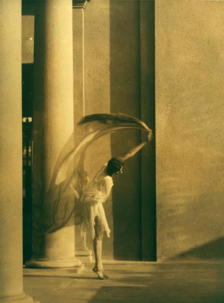 Arnold Genthe1. Greek revival dancers 1916-1920. Via nypl
