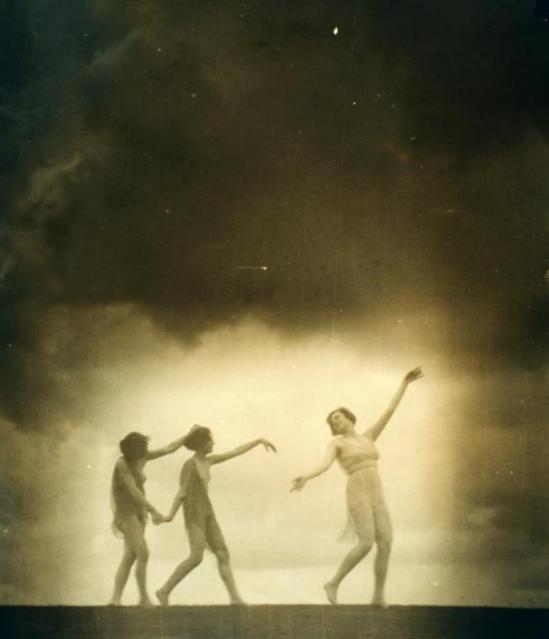 Arnold Genthe2. Greek revival dancers 1916-1920. Via nypl