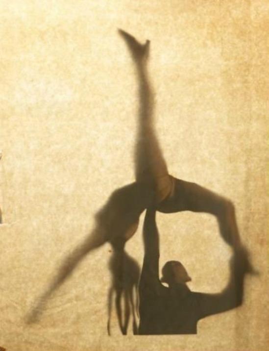 Brassaï.Etonnante ombre chinoise réalisée à partir de l'une de ses photographies représentant un couple de danseurs. L'image a été découpée et collée partiellement sur une feuille. En remuant la feuille, les personnages s'animent vers 1955. Via drouot