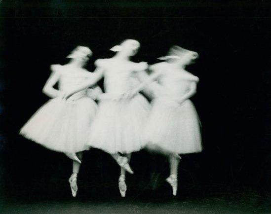 ®Paul Himmel. Sans titre (Das New York City Ballet tanzt Schwanensee) 1951-1952. Via arttattler