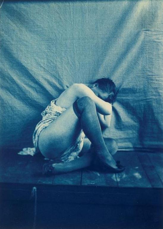 Charles François Jeandel. Femme à demi-vêtue, assise, la tête au creux du bras droit entre 1890 et 1900. Via rmn
