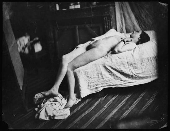 Charles Nègre. Etude d'après nature, nu allongé sur un lit dans l'atelier de l'artiste vers 1850. Via RMN