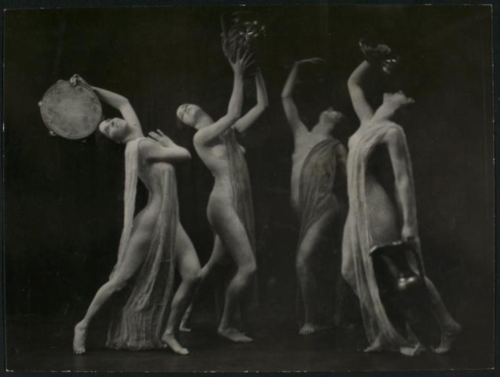 Dancers with tamborines and water jug entre 1875 et 1923. Vianypl