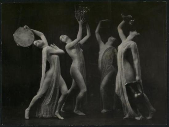 Dancers with tamborines and water jug entre 1875 et 1923. Vianypl