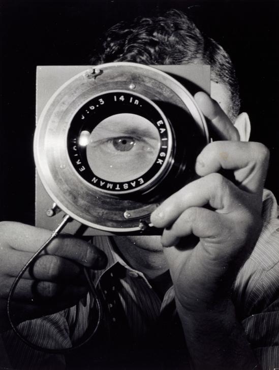 Erwin Blumenfeld. Autoportrait avec objectif 1932-1937. Via fiac