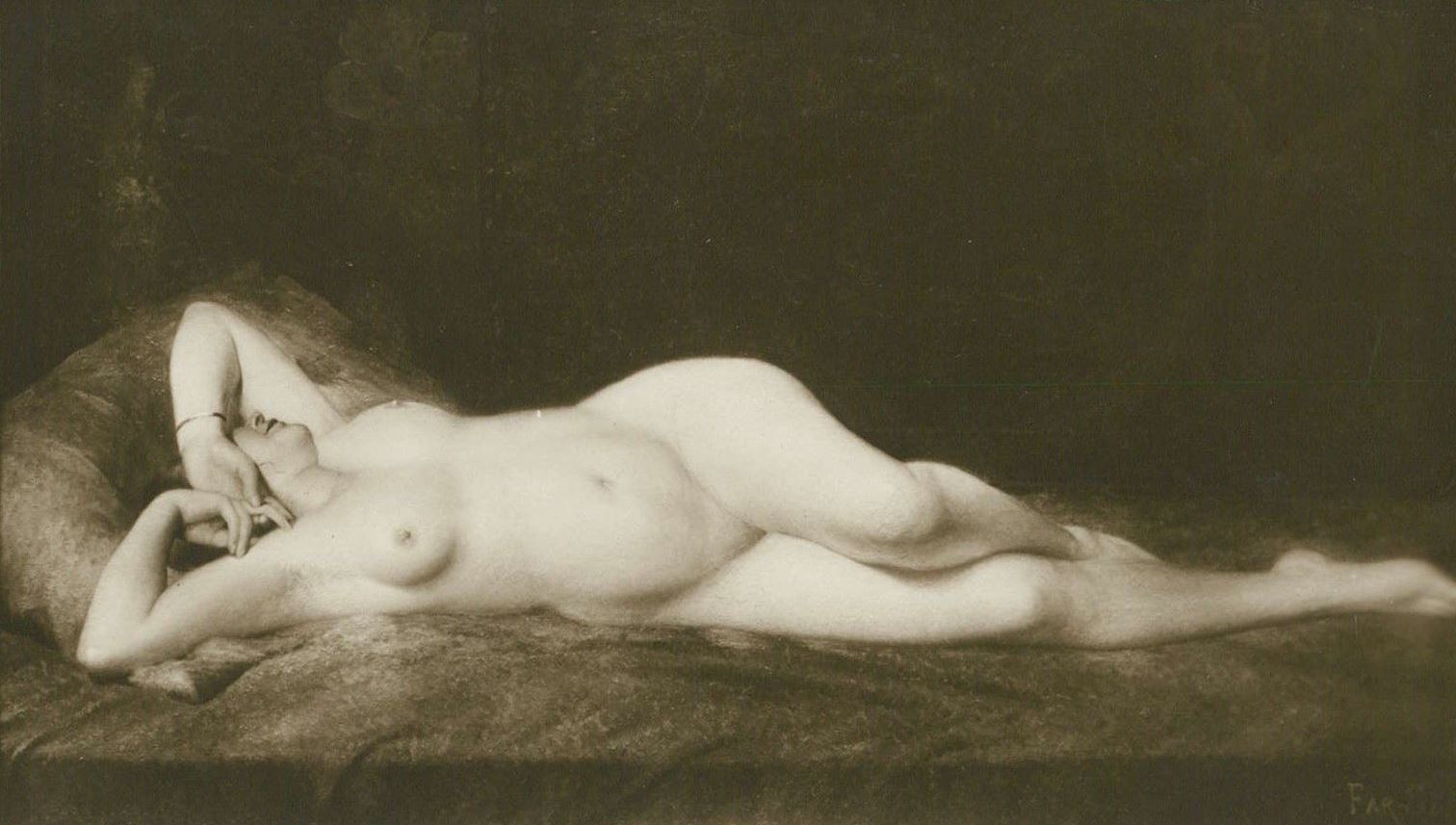 Alfred Noyer Studio. Woman in bed de Far Si. Erotic nude original 1910. Postcard Salon de Paris