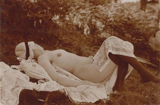 Charles Augustin Lhermitte. Jeune femme dans une clairière posant nue avec bas et coiffe vers 1912. Via rmn