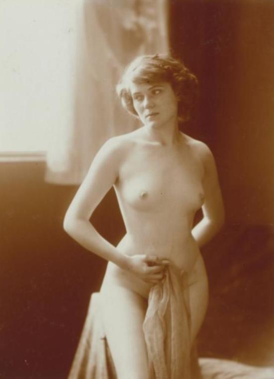 Charles Augustin Lhermitte. Jeune femme nue, debout, baignant dans une lumière douce vers 1912. Via rmn