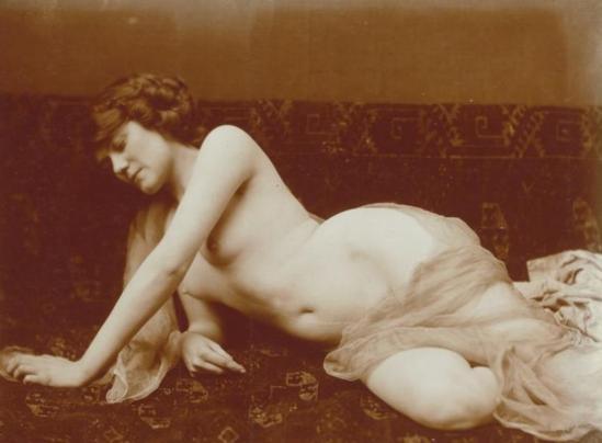 Charles Augustin Lhermitte.Jeune femme nue, se relevant d'un canapé recouvert d'un tissu à motifs orientaux vers 1912. Via rmn