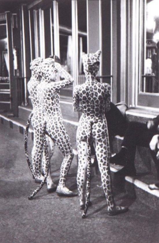 Edouard Boubat. Filles léopard, Paris 1952. Via yannlemouel