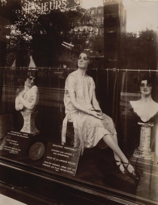 Eugène Atget. Coiffeur, avenue de l'Observatoire 1927. Via moma