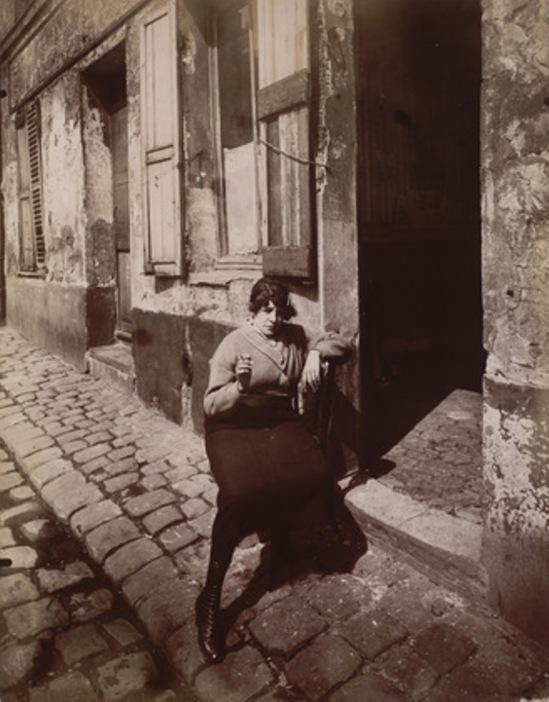 Eugène Atget. La Villette, fille publique faisant le quart 1921. Via moma