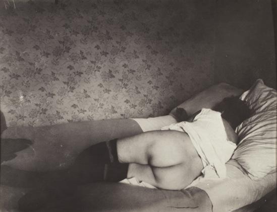 Eugène Atget. Une fille de la rue Asselin, Paris 1921. Via bnf