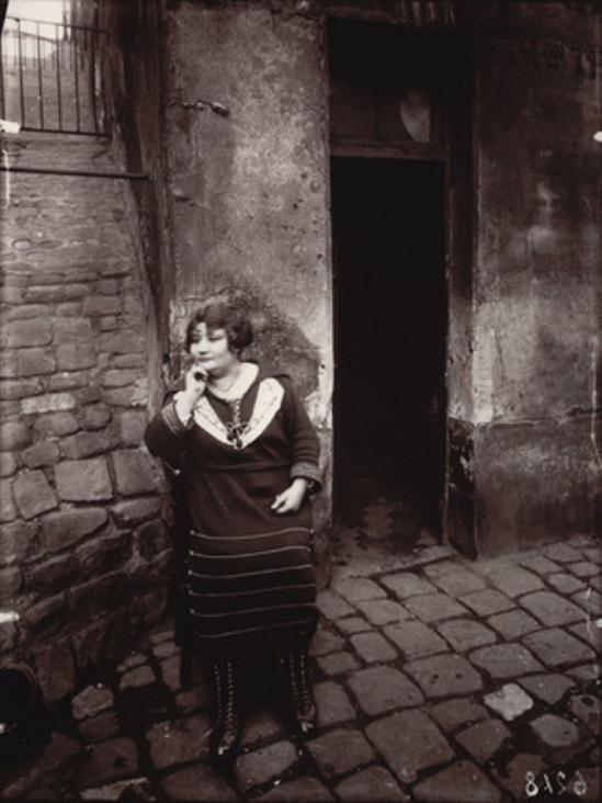 Eugène Atget1. La Villette, fille publique faisant le quart 1921. Via moma