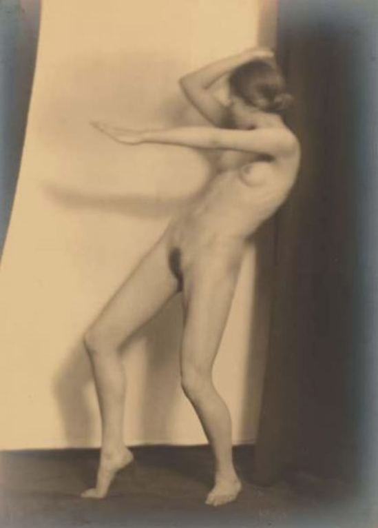 Germaine Krull2. Berthe Krull 1923. Via yannlemouel auctions