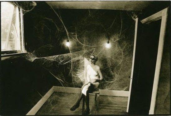 Leslie Robert  Krims (dit Les Krims)Cobweb, Nude, 1969. Via loeildelaphotographie