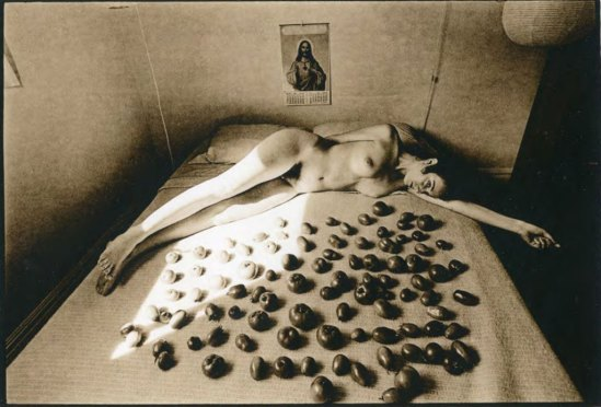 Leslie Robert  Krims (dit Les Krims)Ripening Tomatoes & Nude, 1969. Via loeildelaphotographie