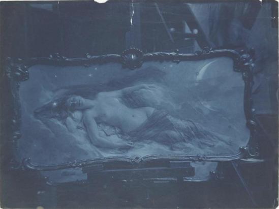 Photographe anonyme. Photo de la peinture La Nuit de Léon Comerre vers 1890. Via rmn