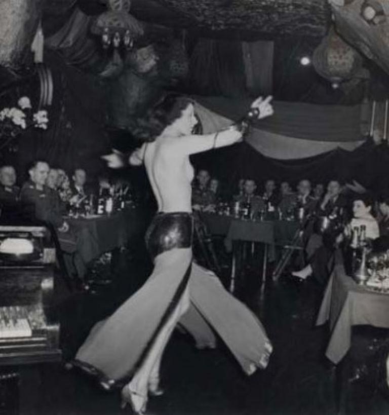 Roger Schall. Officiers allemands au cabaret Shéhérazade, Paris 1940. Via yannlemouel auctions