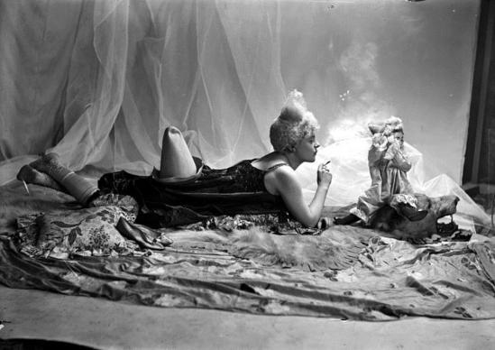 Émile Joachim Constant Puyo. Mise en scène d'un modèle féminin, jeune femme, vue de profil, arborant un style de coiffure utilisé par les artistes de cirque (clowns, début 1900). Via rmn