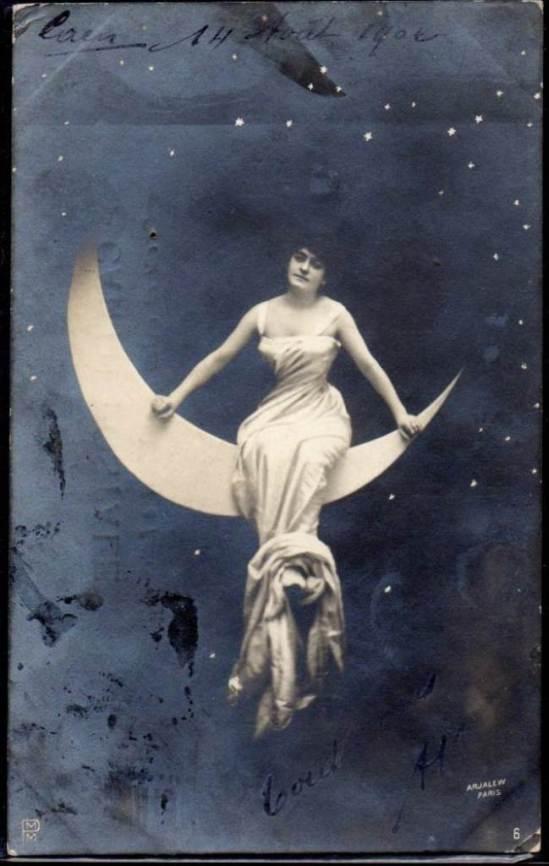 Femme assise sur un croissant de lune. Photomontage. Via delcampe