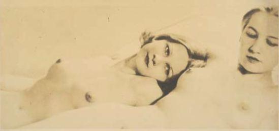 Laure Albin-Guillot. Couple de femmes allongées 1930-1940. Via drouot