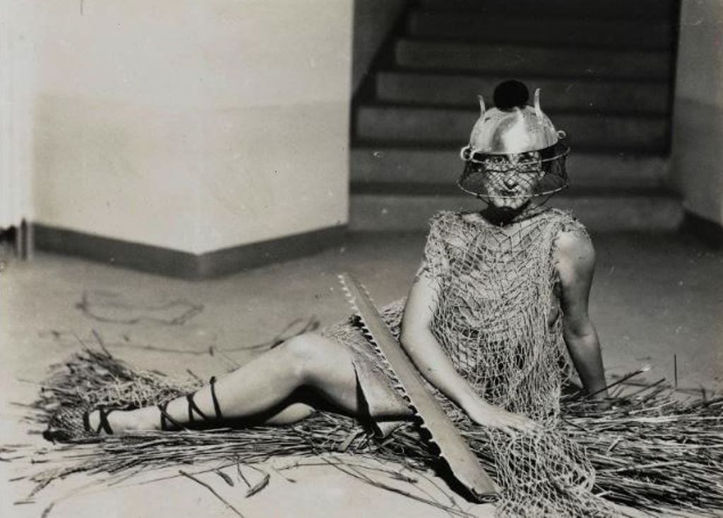 Man Ray. Bal au château de Noailles vers 1929. Via rmn®Man Ray trust