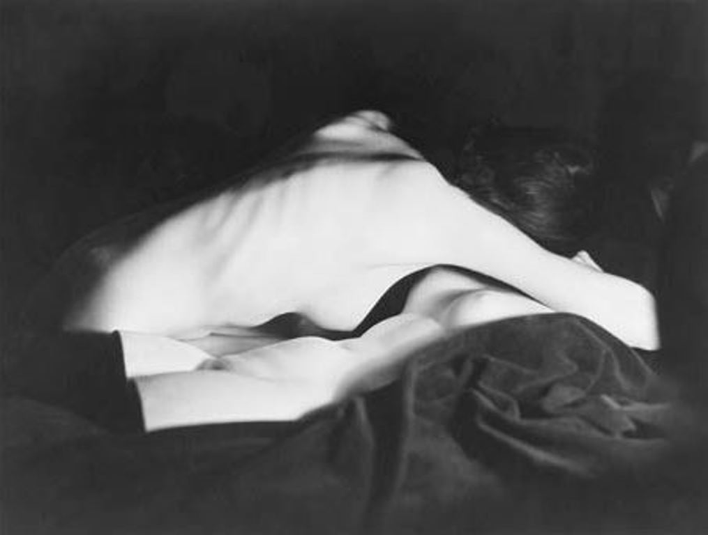 Man Ray. Buste de Nush Eluard nue sur plâtre 1933. Via manray-photo®Man Ray trust