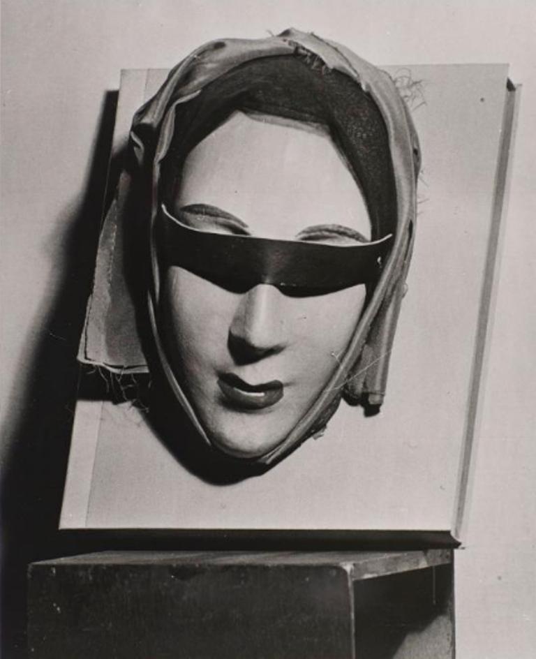 Man Ray. Reliure 1953. Masque de carton avec yeux bandés de velours noir, collé sur le livre Aline et Valcour de D.A.F. de Sade.Via rmn