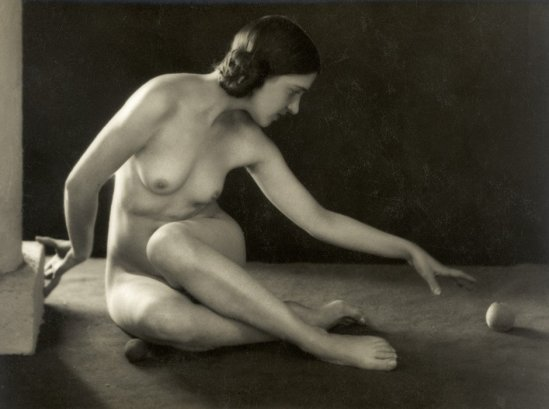 Photographe anonyme. Female nude with apple. 1920s. Via liveauctioneers