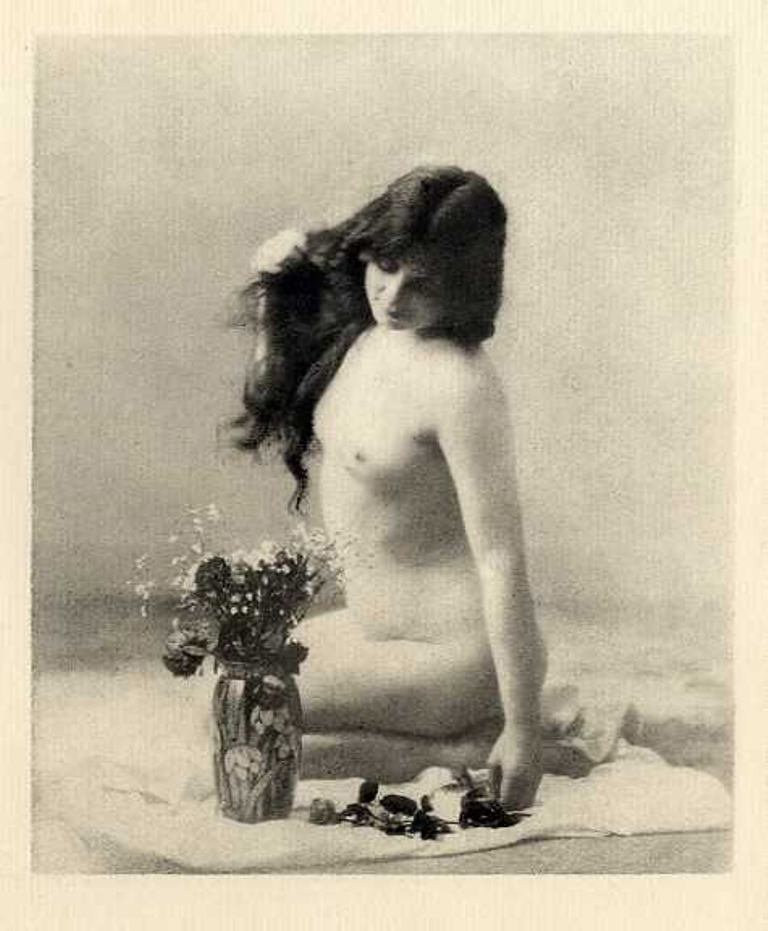 Photographe anonyme. Nude with vase of flowers 1920s. Via iphotocentral