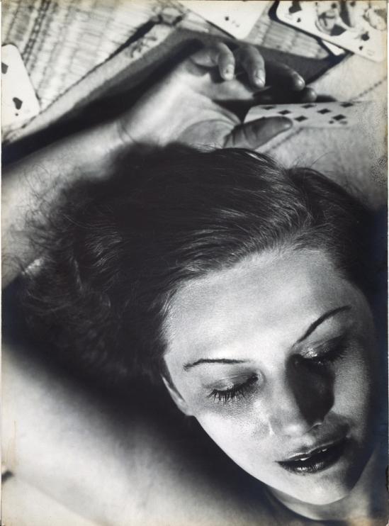 Florence Henri. Femme aux cartes 19301. Via jeudepaume
