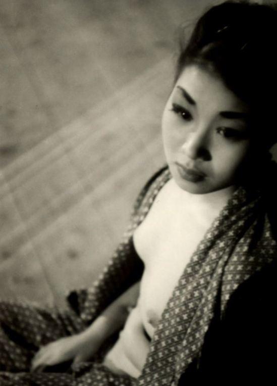 Kansuke Yamamoto. A striptease artiste backstage 1954 ©Toshio Yamamoto