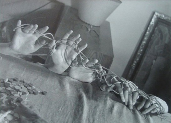 Vaclav Zykmund. Akce Gruppe Ra (Hände mit Schnur) 1944-1945. Via photography-now