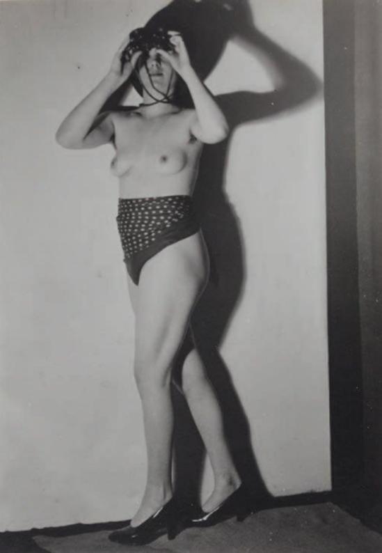 Germaine Krull. Voyeuse aux jumelles 1935. Via yannlemouel