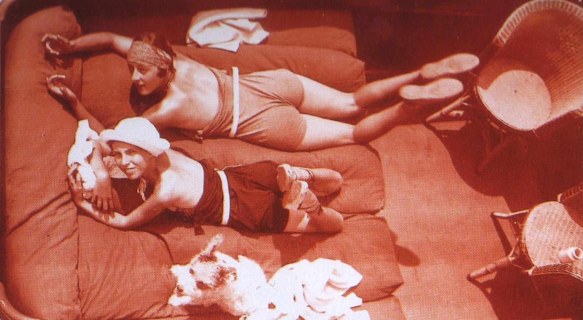 Jacques-Henri Lartigues. Vera, Arlette, Cannes 1927.  Scan de Lartigue, l'album d'une vie. ®Centre Pompidou, Editions du Seuil 2003