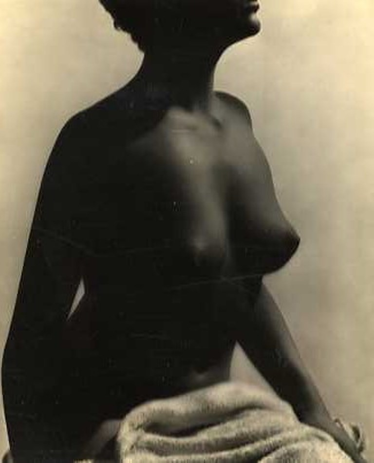 Photographe anonyme. Jeune Femme assise au peignoir.. Via verdeau