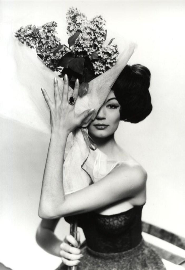 Photographe anonyme. Portrait de femme au lilas, circa 1960. Via verdeau
