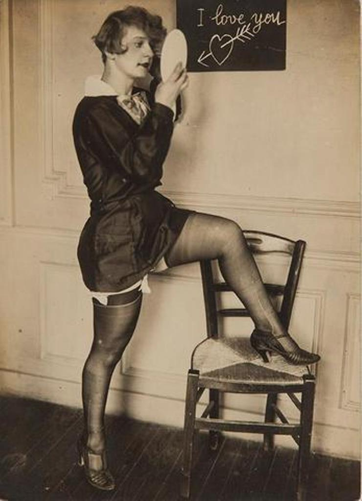 Photographe inconnu. I love you. Lingerie féminine fétichiste 1930. Via interencheres