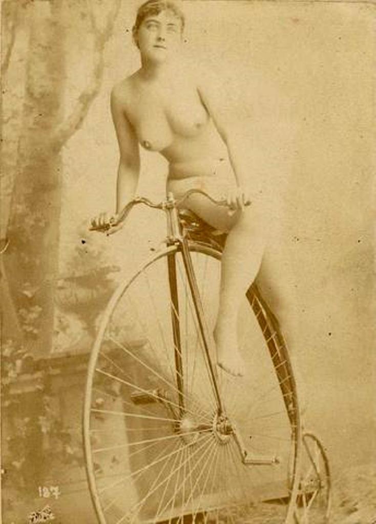 Photographe inconnu. Jeune femme nue sur un grand-bi 1875. Via interencheres