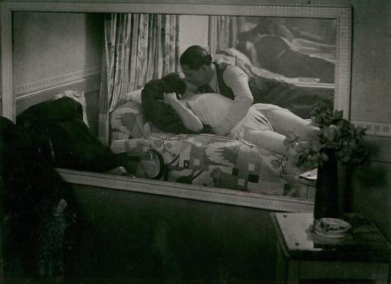 Brassaï. Couple étendu dans une maison d'illusion 1932. Via houk gallery