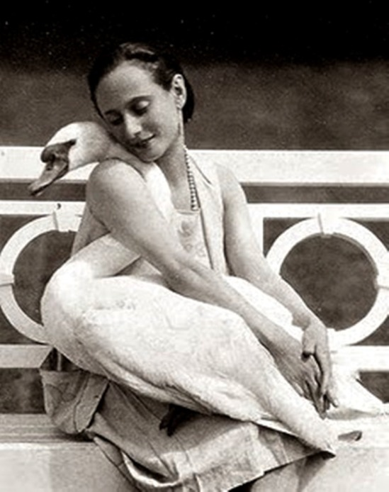 La danseuse Anna Pavlova with her pet swan Jack 1905. Via artprints