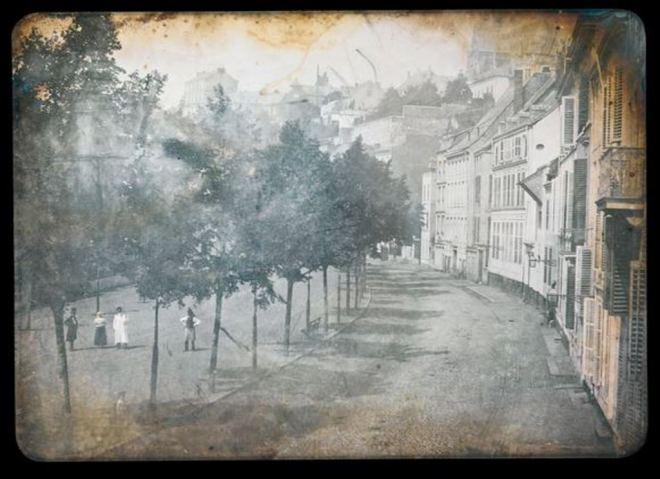 Photographe anonyme.  Rue bordée d'arbres dans une ville française vers 1845. Via sothebys