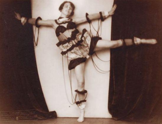 Residenzatelier Wien. Die Tänzerin Grete Freudenreich posiert im avantgardistischen Kostüm  1926. Via schmidt-auktionen.de
