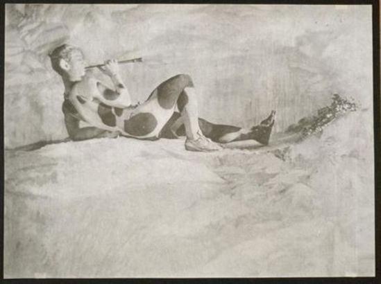 Baron Adolf de Gayne de Meyer. Nijinski dans prélude à l'après-midi d'un faune 1914 Via RMN