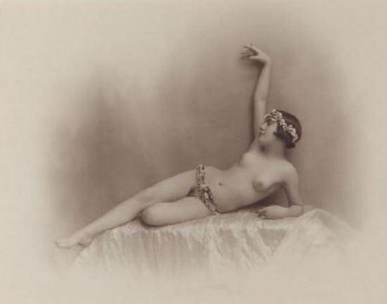 Photographe anonyme.  La couronne de fleurs 1925. Via yannlemouel