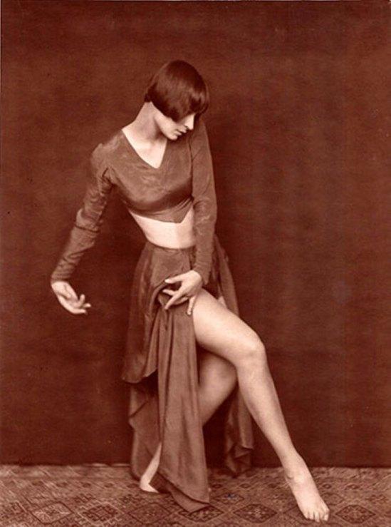 Yvonne Georgi tanzt Tijuca zu Musik von Darius Milhaud, ca. 1929.  Via SK Stiftung Kultur