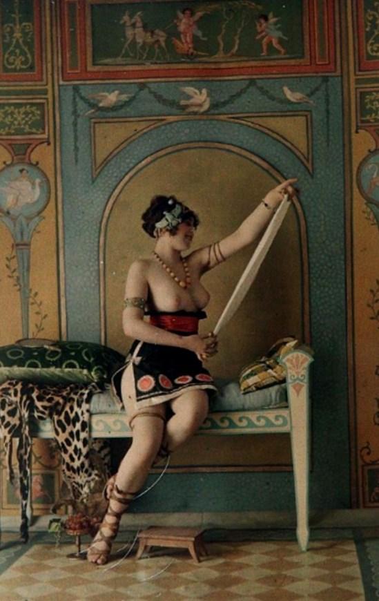 Louis Amédée Mante. Femme aux seins nus dans un décor à l'antique 1907. Autochrome. Via yannlemouel